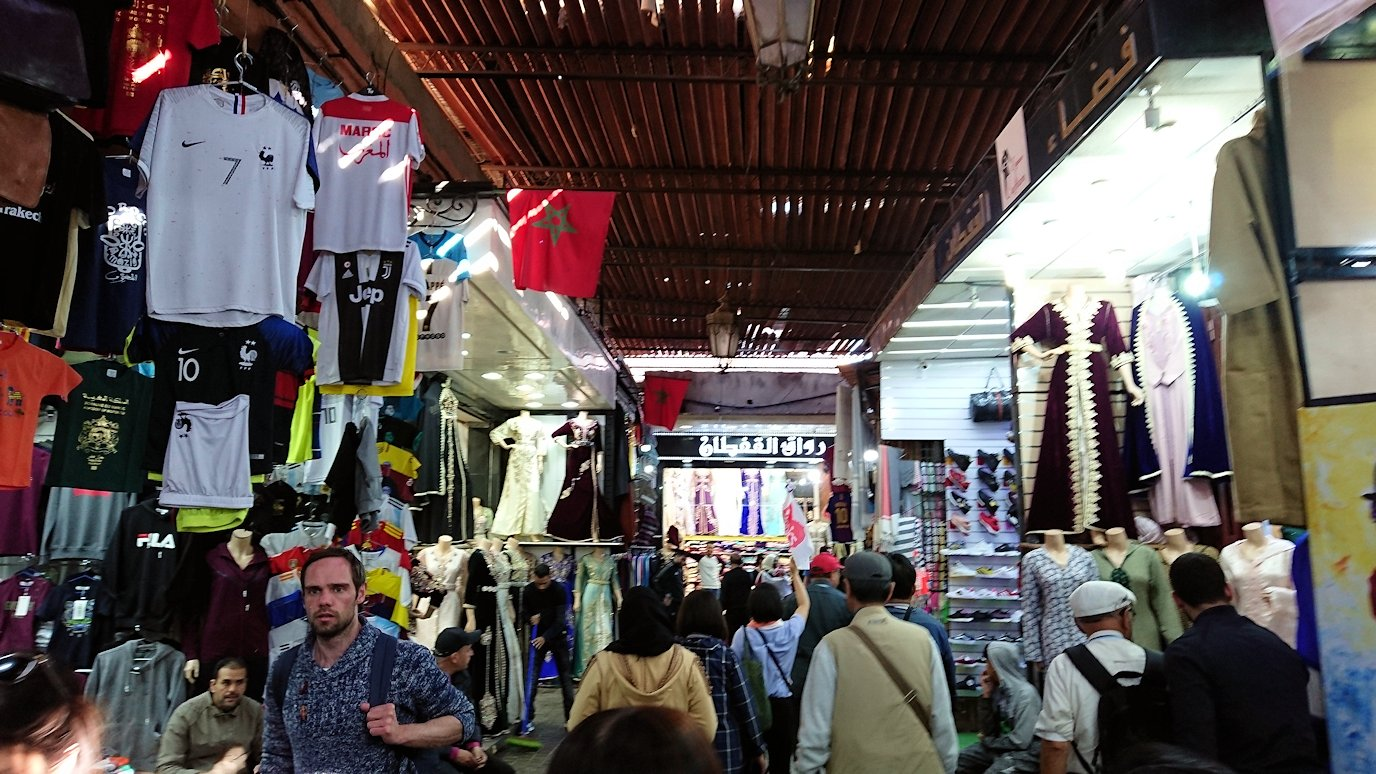 モロッコ・マラケシュでジャマ・エル・フナ広場に続く路地の様子3