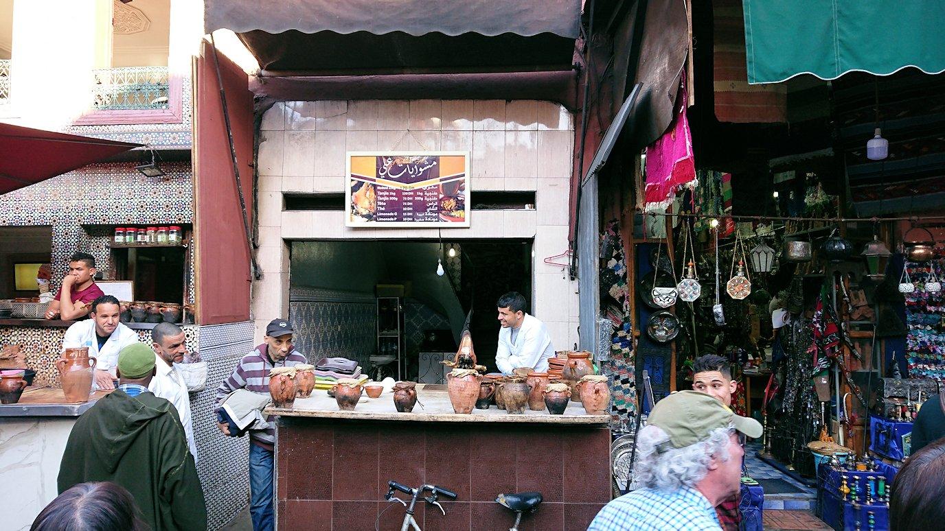 モロッコ・マラケシュでジャマ・エル・フナ広場に続く路地の様子9