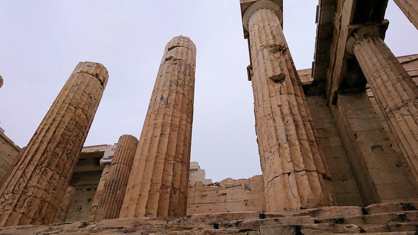 ギリシャのアクロポリス遺跡の正面にて