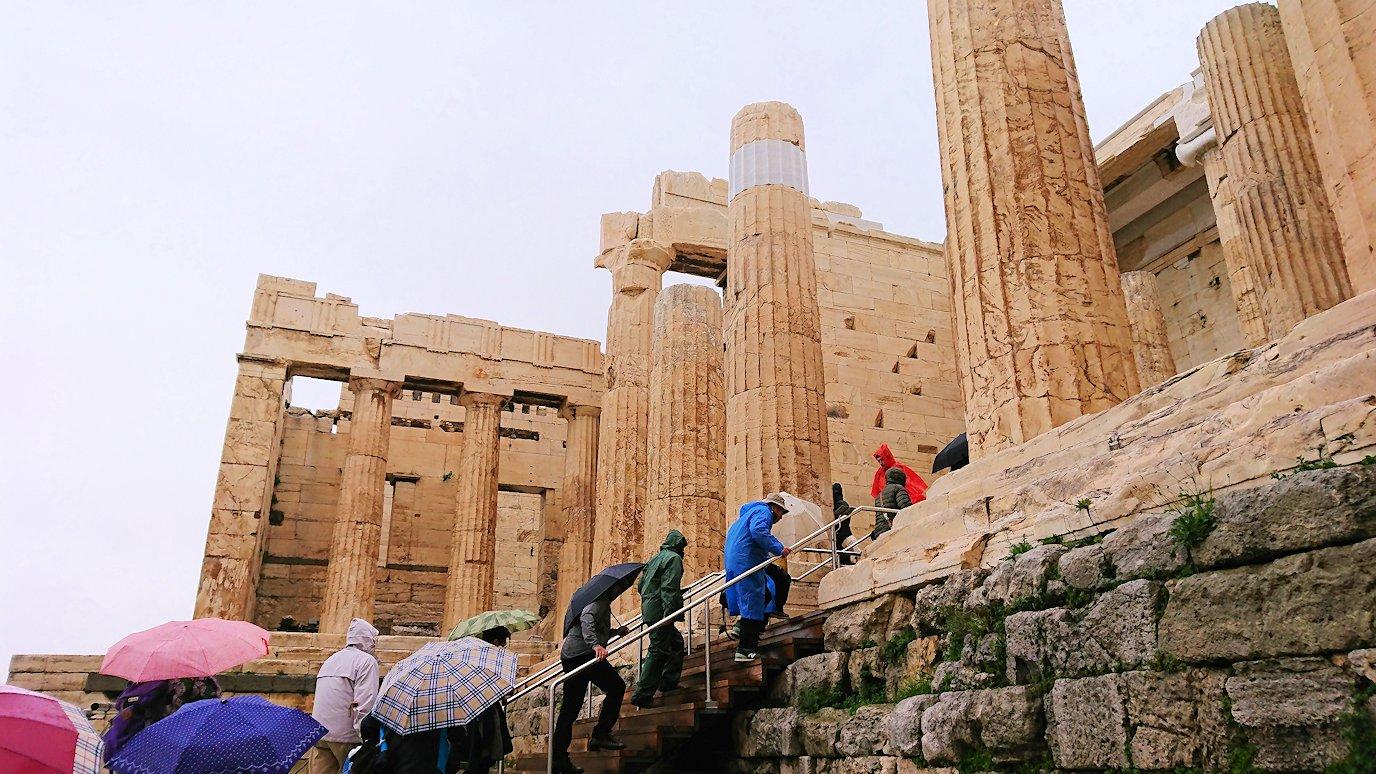 ギリシャのアクロポリス遺跡の正面にて2