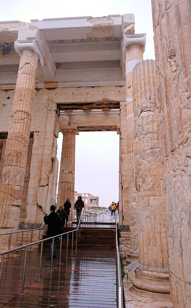 ギリシャのアクロポリス遺跡の正面にて3