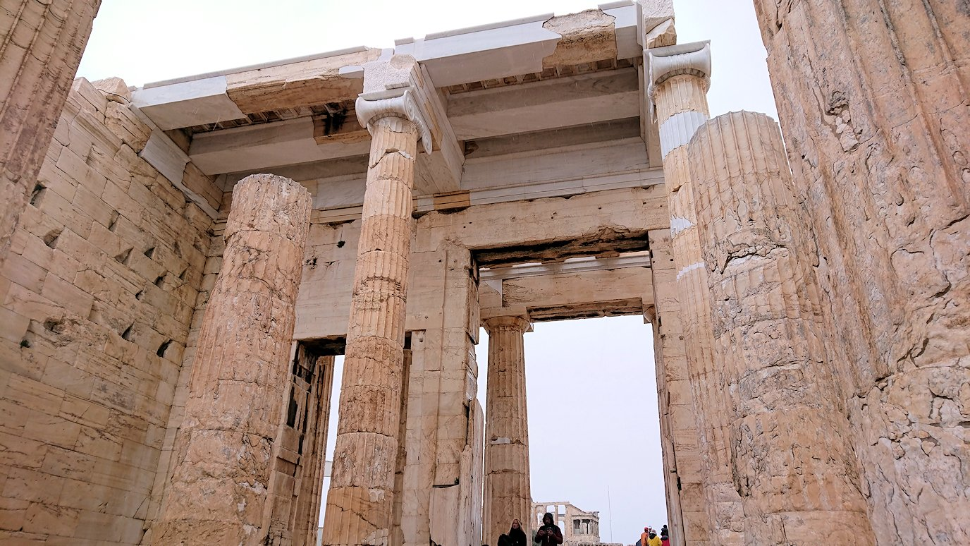 ギリシャのアクロポリス遺跡の正面にて4