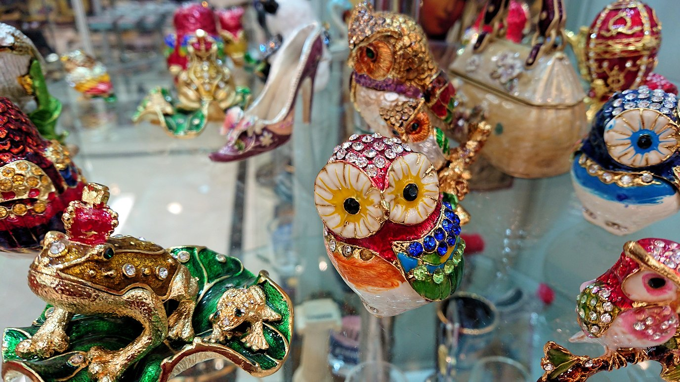 アテネ市内のお土産物屋さんを物色する3