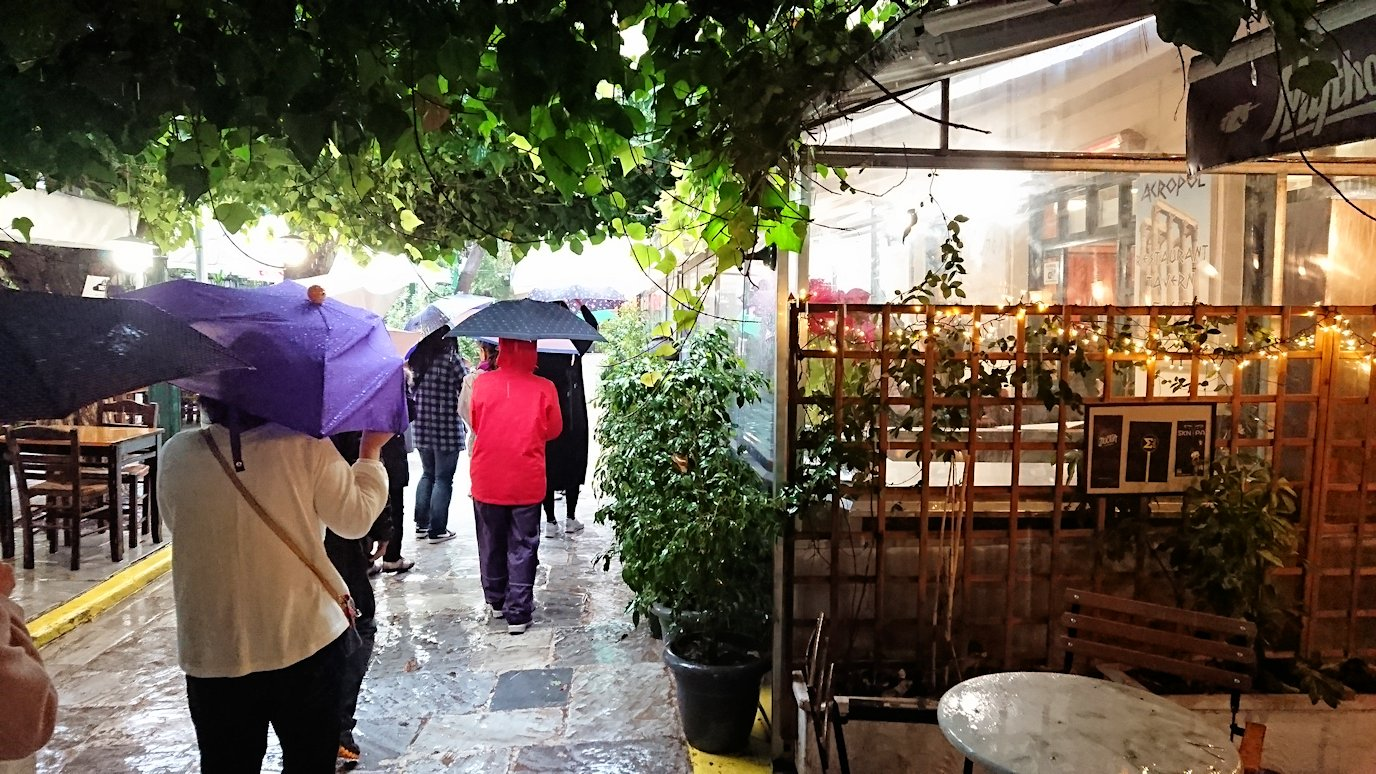 アテネ市内で昼食会場へ向かう8