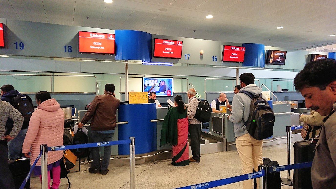 アテネ空港に到着しチェックインする3