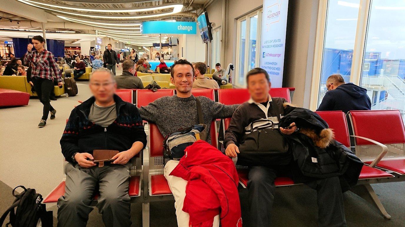 アテネ空港に到着しチェックインしツアー参加者と記念撮影をする2
