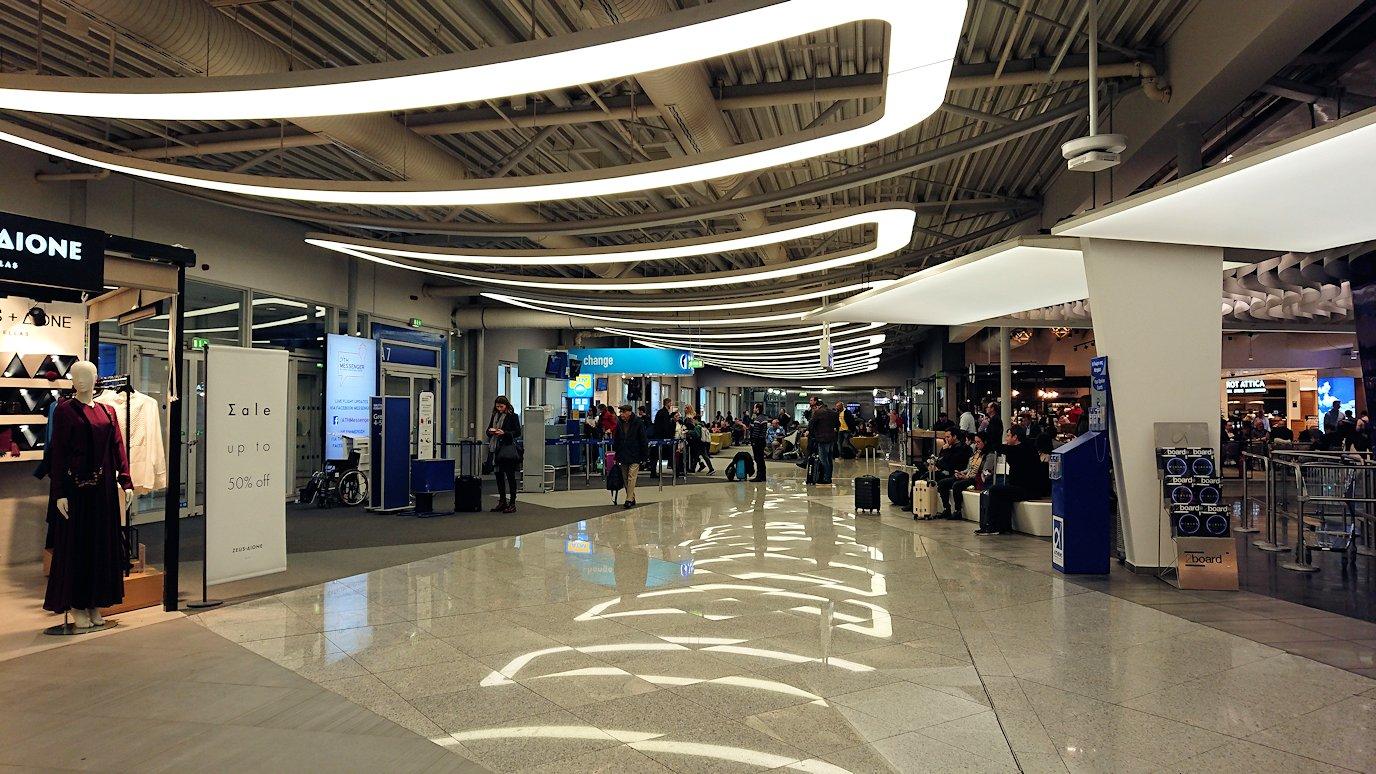 アテネ空港の国際線ターミナルでの様子