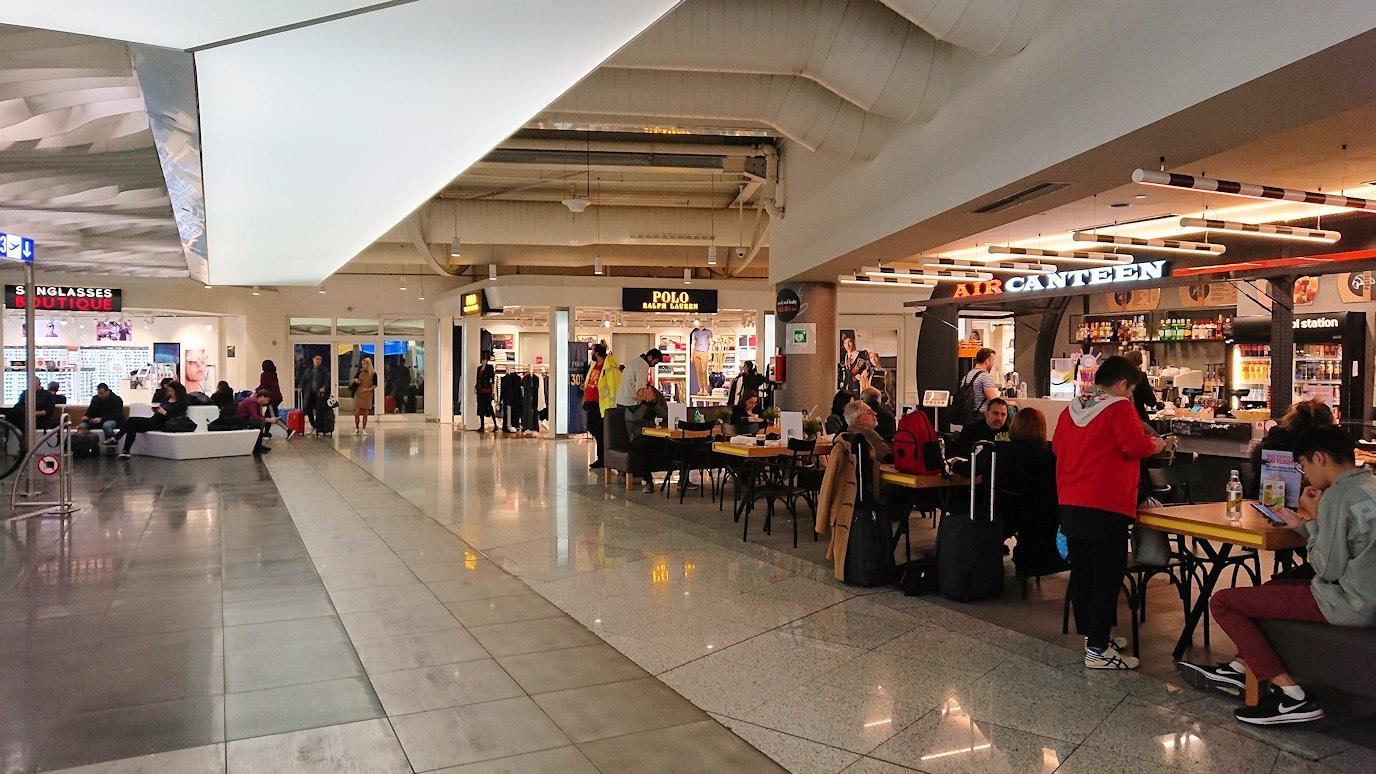 アテネ空港の国際線ターミナルでの様子2