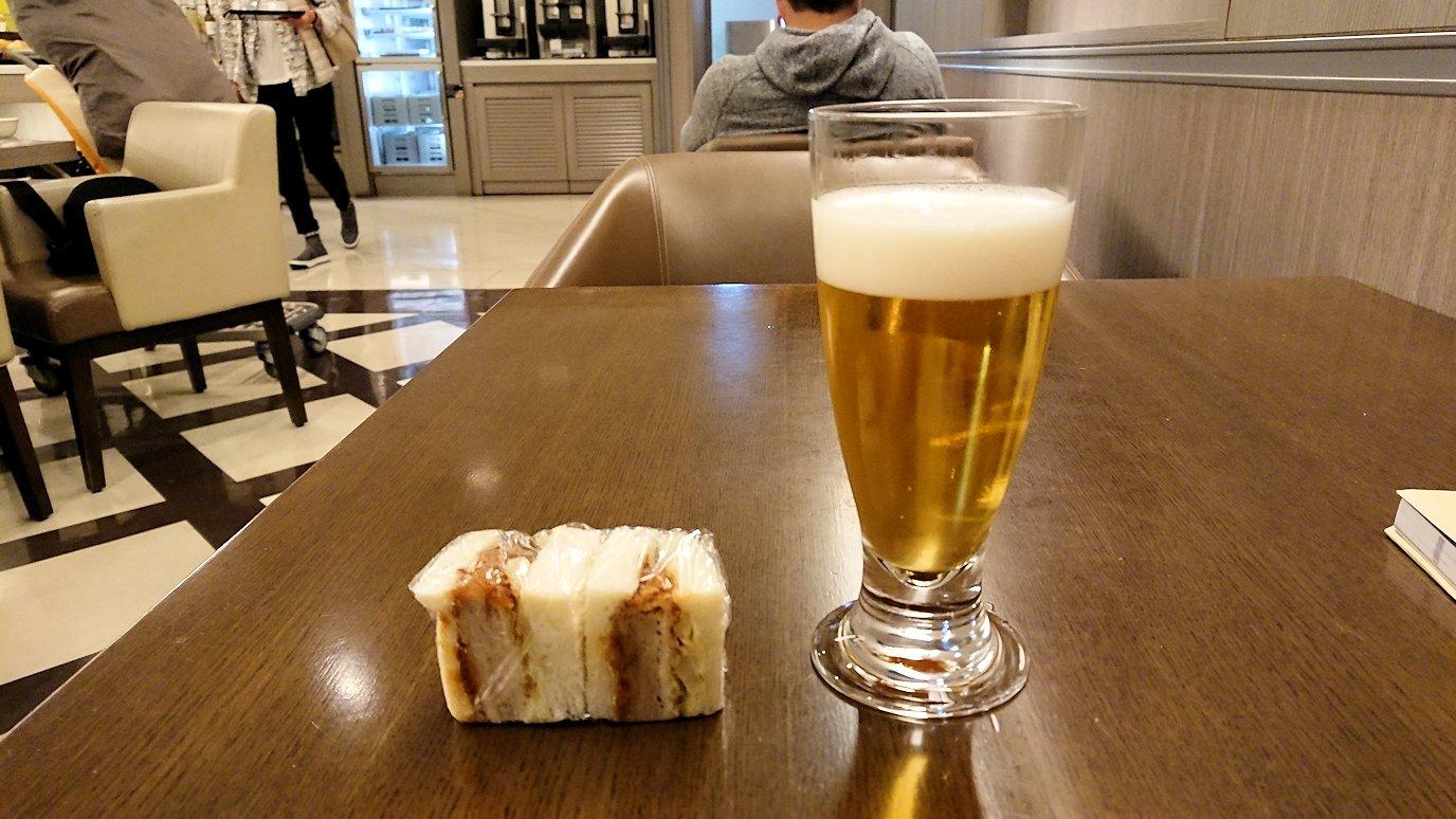関西国際空港のサクラ・ラウンジの中に入ってくつろぐ2