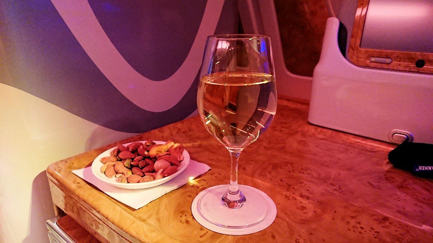 エミレーツ航空のビジネスクラスでまずはナッツ、そしてワイン