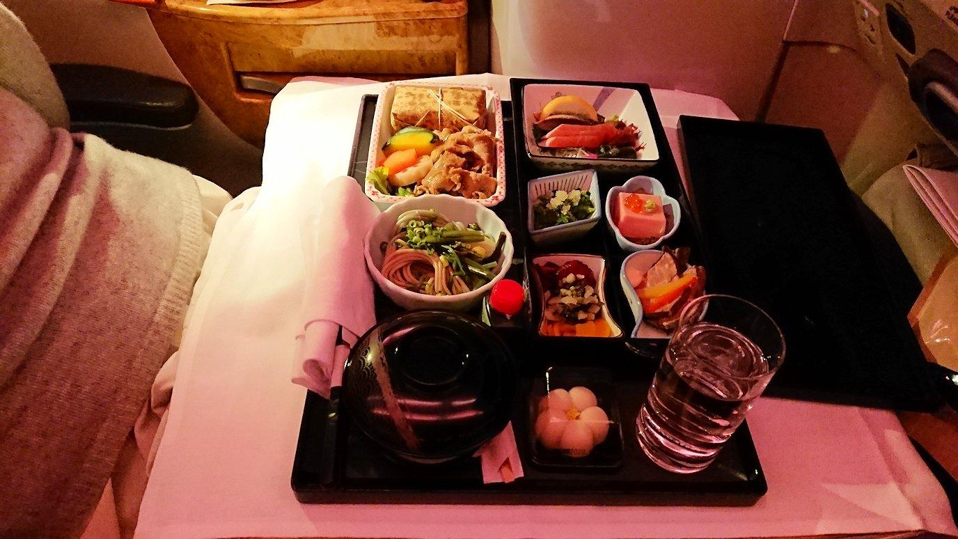 エミレーツ航空のビジネスクラスで出てきた和風の夕食