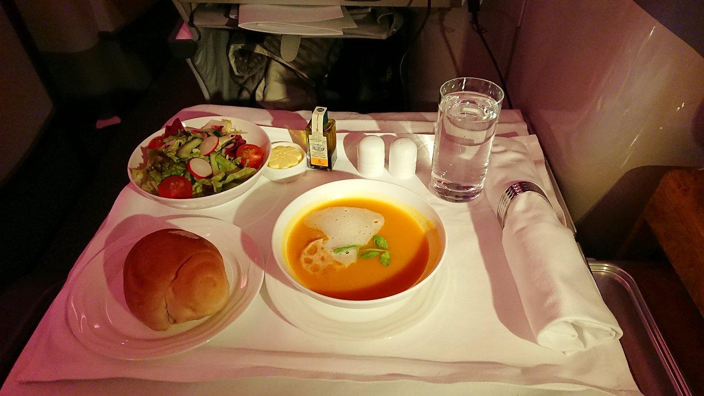 エミレーツ航空のビジネスクラスで出てきた洋風の夕食