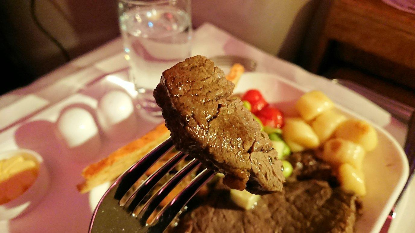 エミレーツ航空のビジネスクラスで出てきた洋風夕食の様子7