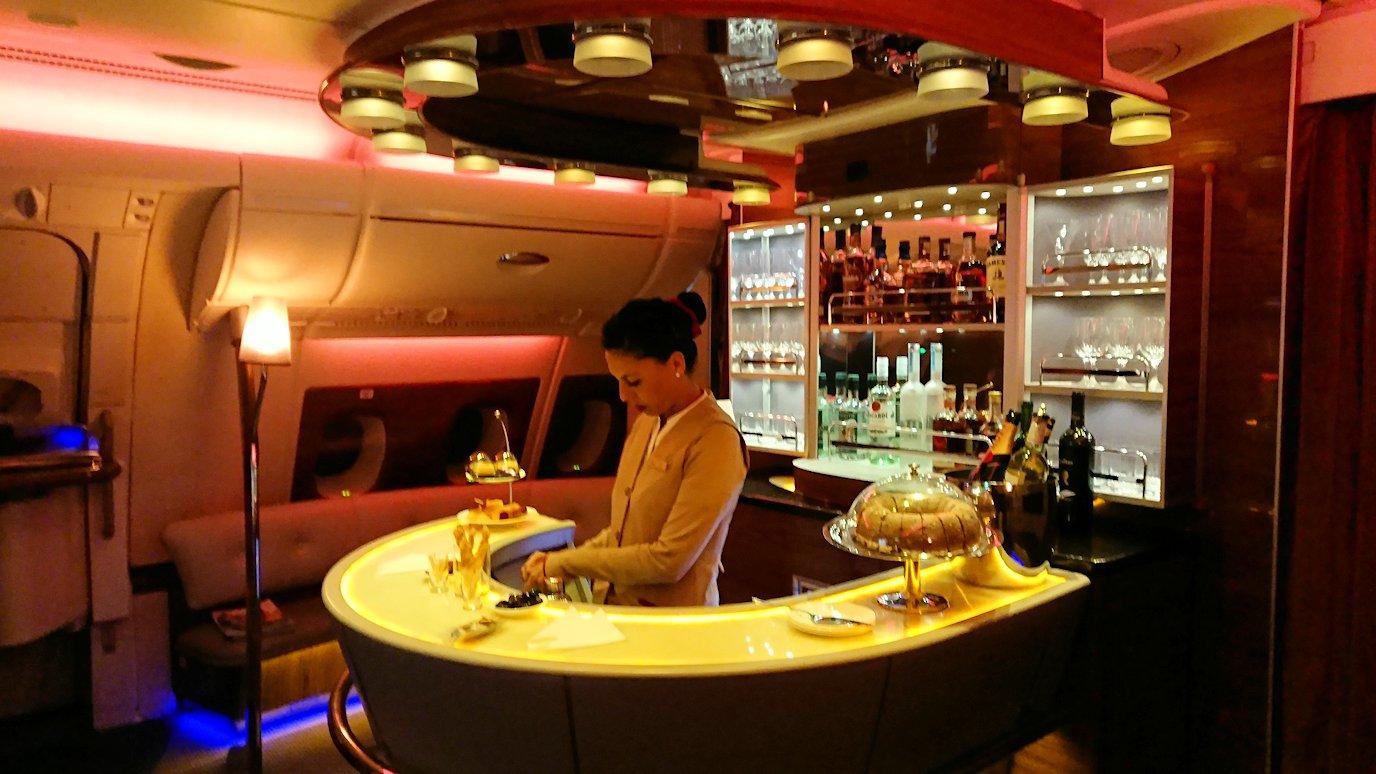 エミレーツ航空のビジネスクラスの機内のラウンジへ行ってみる2