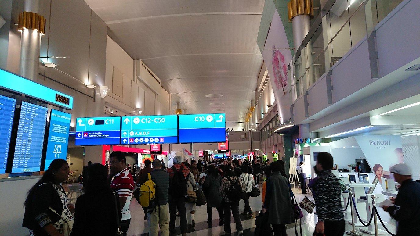 ドバイ国際空港に降り立ち乗継する6