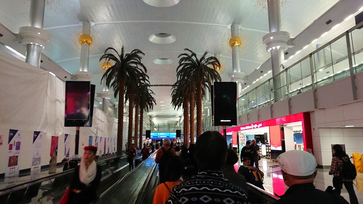 ドバイ国際空港に降り立ち乗継する8