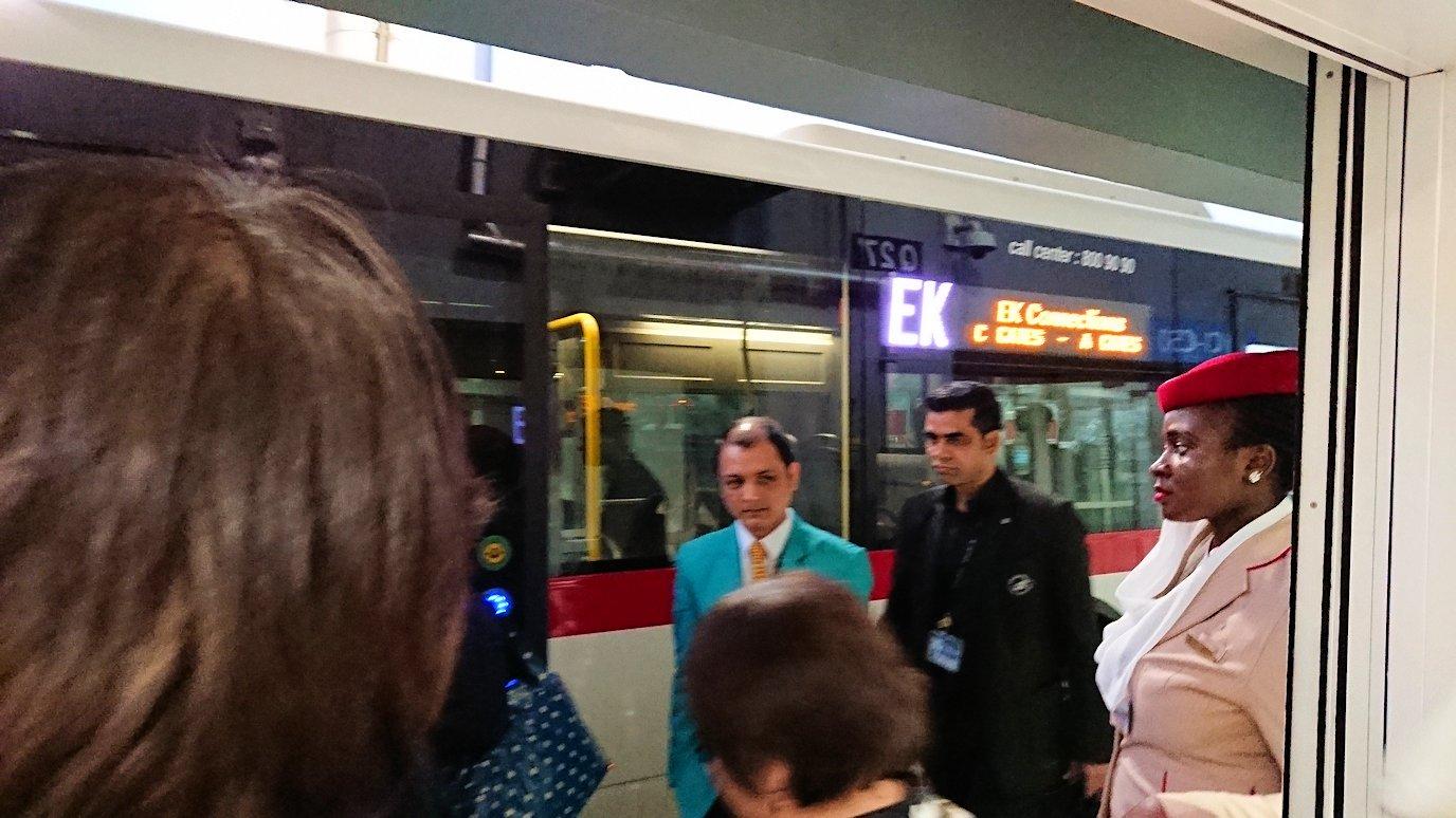 ドバイ国際空港に降り立ち乗継するバスに乗る