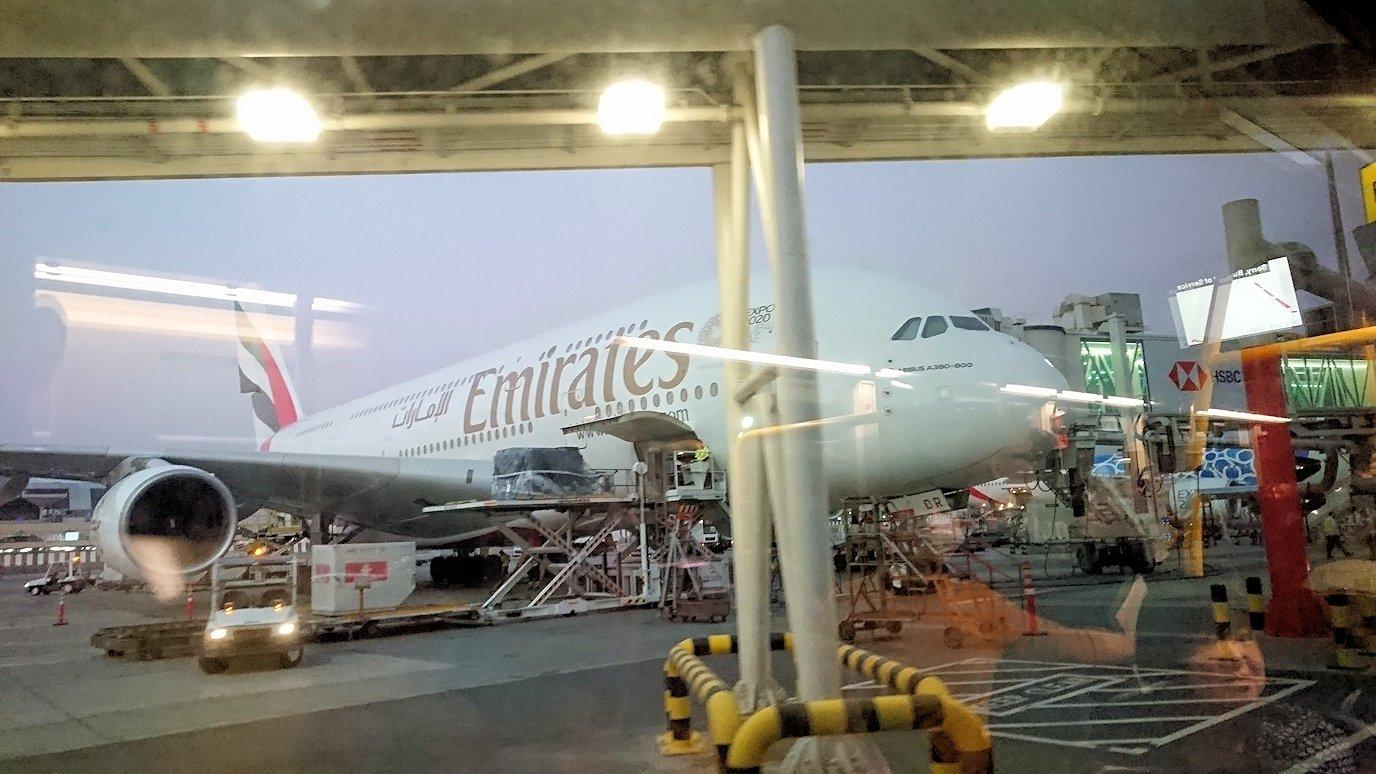 ドバイ国際空港に降り立ち乗継するバスに乗る3