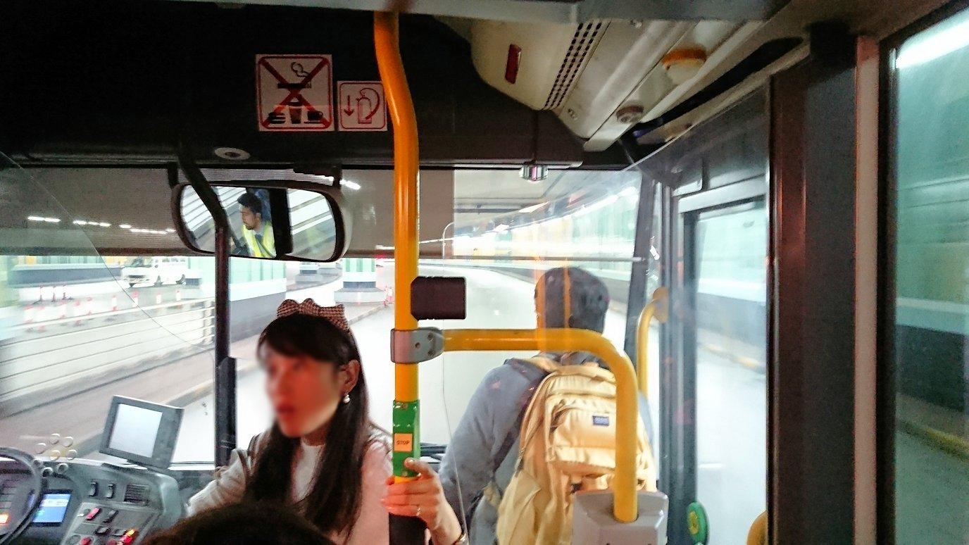 ドバイ国際空港に降り立ち乗継するバスに乗る4