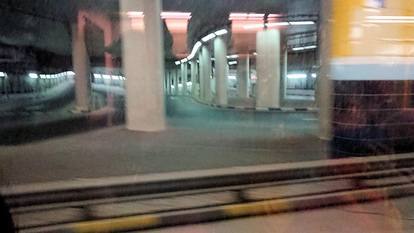 ドバイ国際空港に降り立ち乗継するバスからの景色