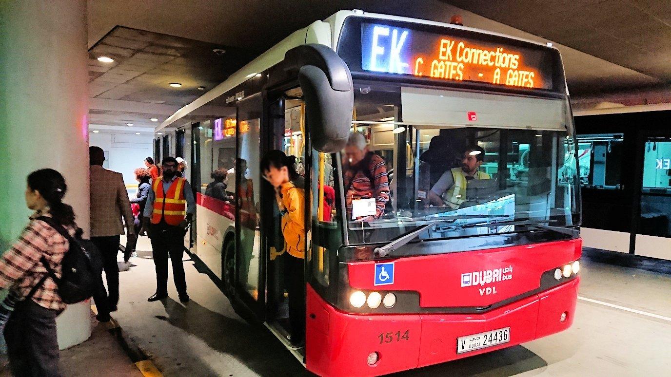 ドバイ国際空港に降り立ち乗継するバスからの景色4