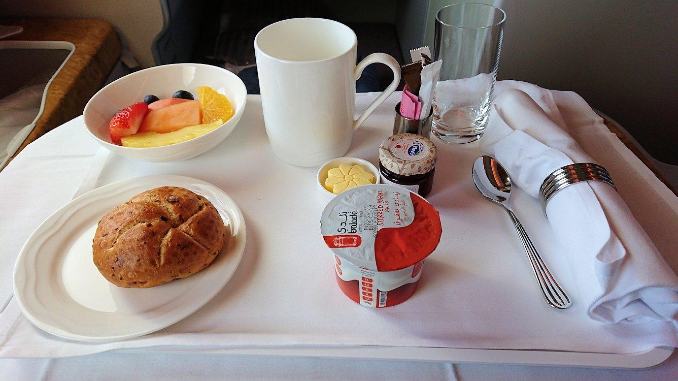 カサブランカまで向かうエミレーツ航空A380-800の飛行機のビジネスクラスでの朝食