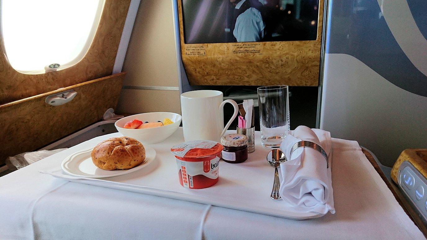 カサブランカまで向かうエミレーツ航空A380-800の飛行機のビジネスクラスでの朝食1