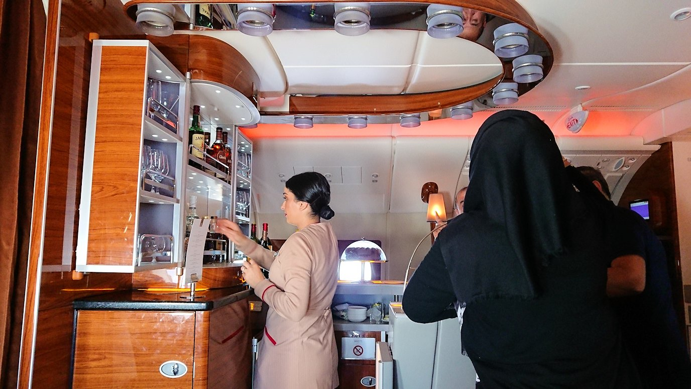 カサブランカまで向かうエミレーツ航空A380-800の飛行機のビジネスクラスでラウンジに行く