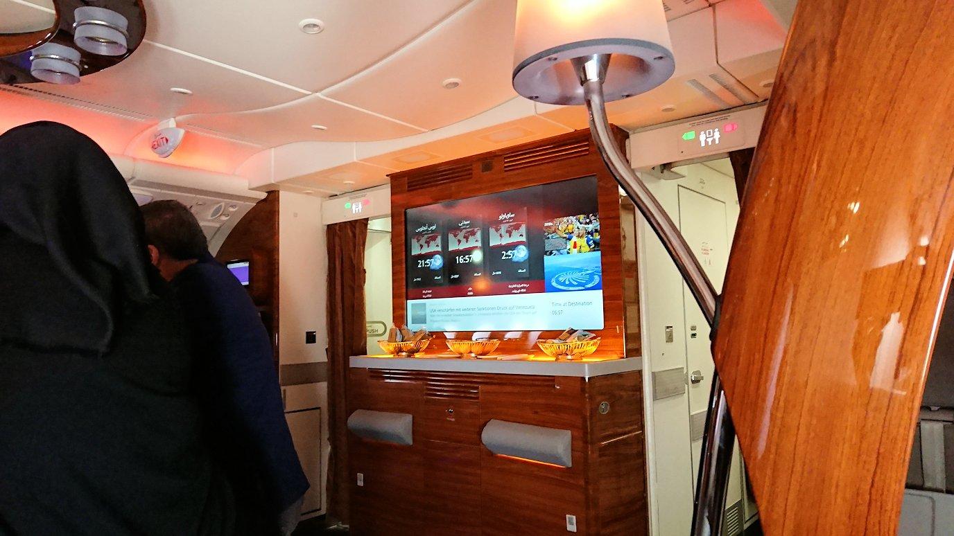 カサブランカまで向かうエミレーツ航空A380-800の飛行機のビジネスクラスでラウンジに行く2