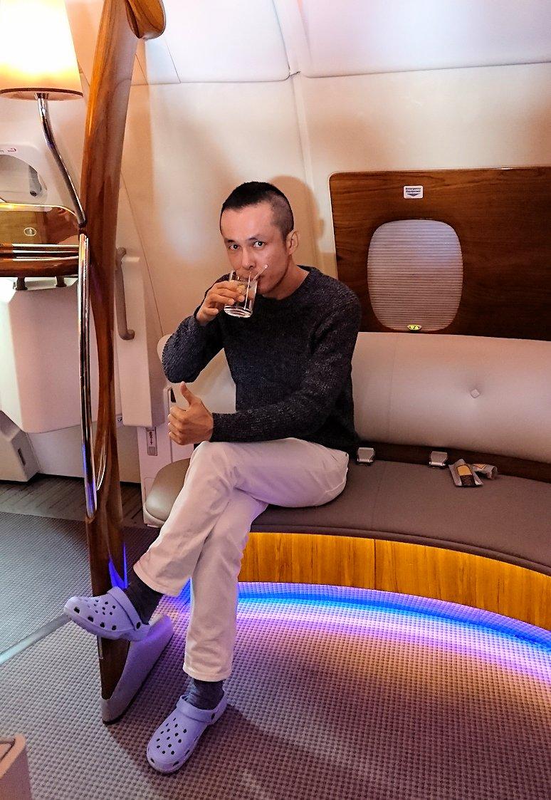 カサブランカまで向かうエミレーツ航空A380-800の飛行機のビジネスクラスでラウンジでくつろぐ3