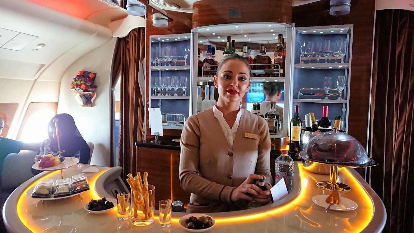 カサブランカまで向かうエミレーツ航空A380-800の飛行機のビジネスクラスでラウンジでまたくつろぐ2