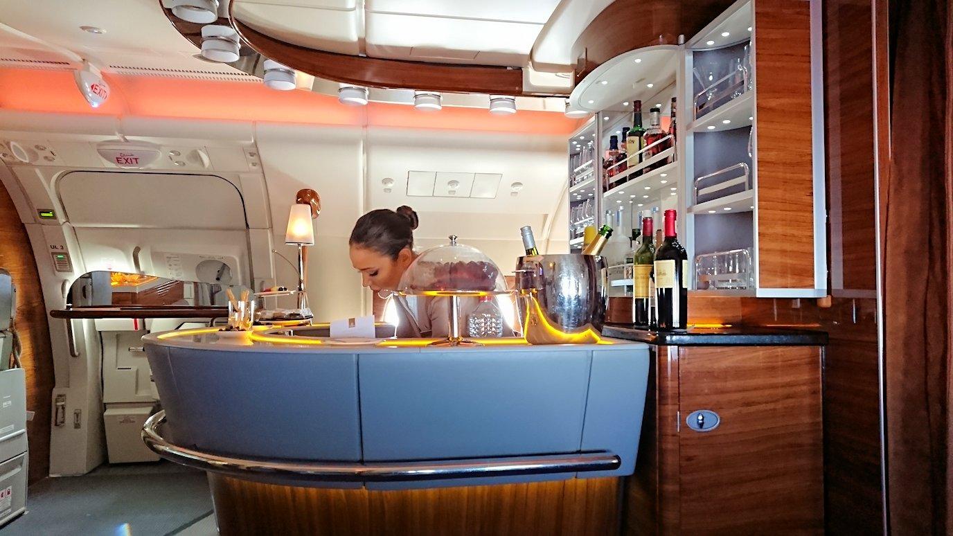 カサブランカまで向かうエミレーツ航空A380-800の飛行機のビジネスクラスでラウンジでまたくつろぐ4