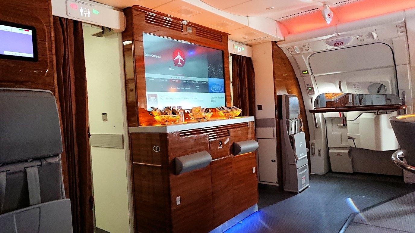 カサブランカまで向かうエミレーツ航空A380-800の飛行機のビジネスクラスでラウンジでまったりと