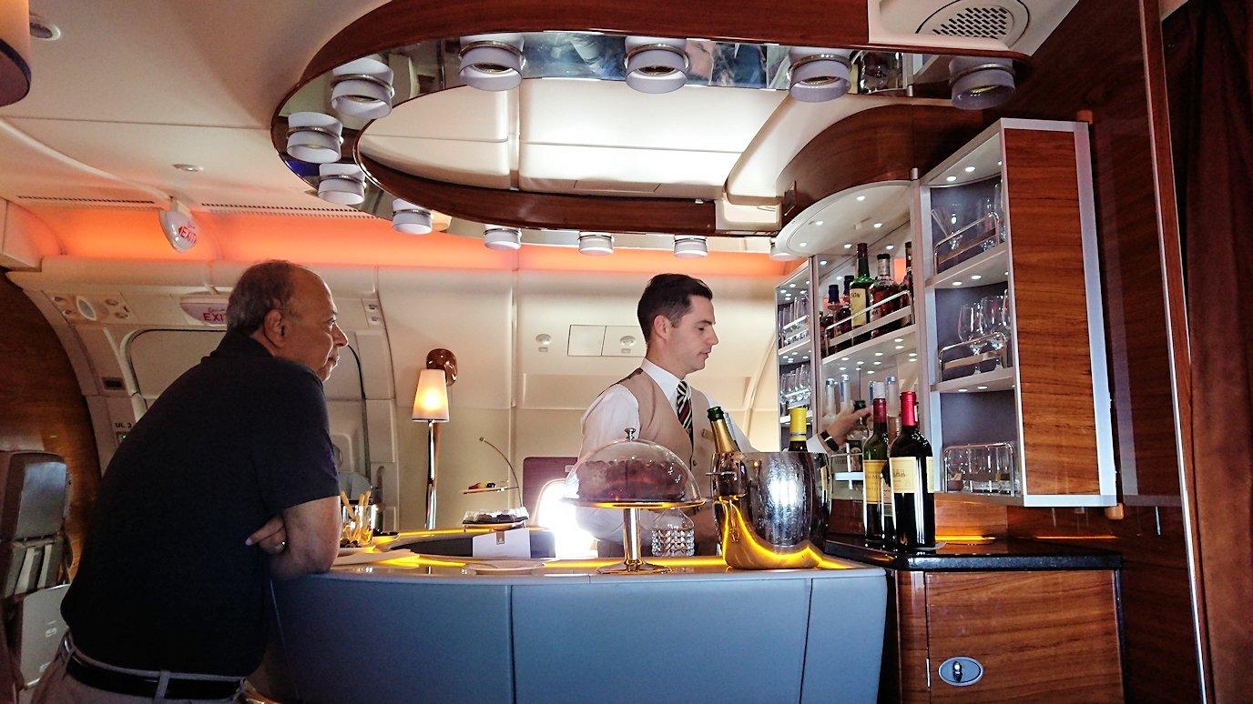 カサブランカまで向かうエミレーツ航空A380-800の飛行機のビジネスクラスでラウンジでまったりと2