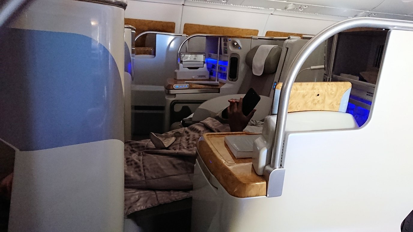 カサブランカまで向かうエミレーツ航空A380-800の飛行機のビジネスクラスの様子2
