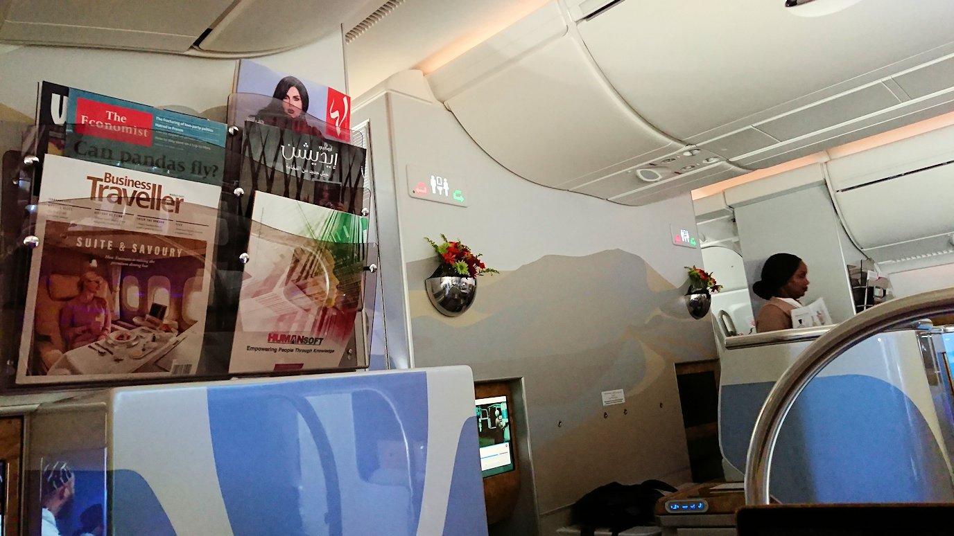 カサブランカまで向かうエミレーツ航空A380-800の飛行機のビジネスクラスの様子3