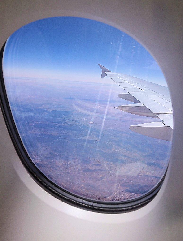 カサブランカまで向かうエミレーツ航空A380-800の飛行機のビジネスクラスの窓からの景色