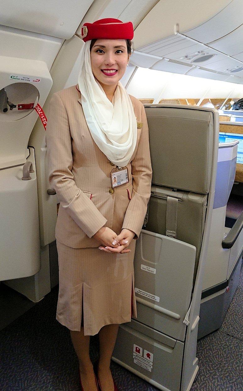 カサブランカまで向かうエミレーツ航空A380-800の飛行機のビジネスクラスのフライトアテンダントさん