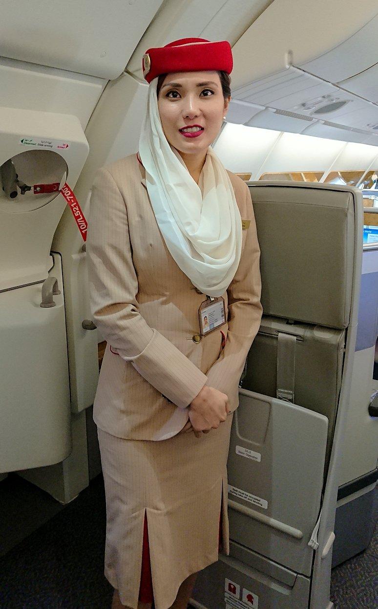 カサブランカまで向かうエミレーツ航空A380-800の飛行機のビジネスクラスのフライトアテンダントさん2