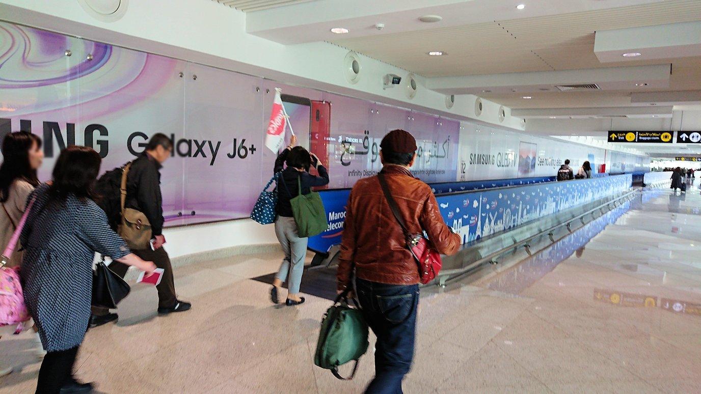 カサブランカ空港の中を歩く