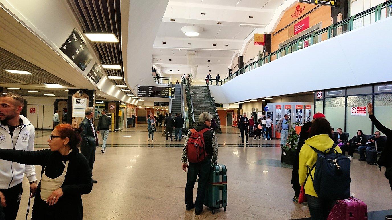 カサブランカ空港でバスに移動します