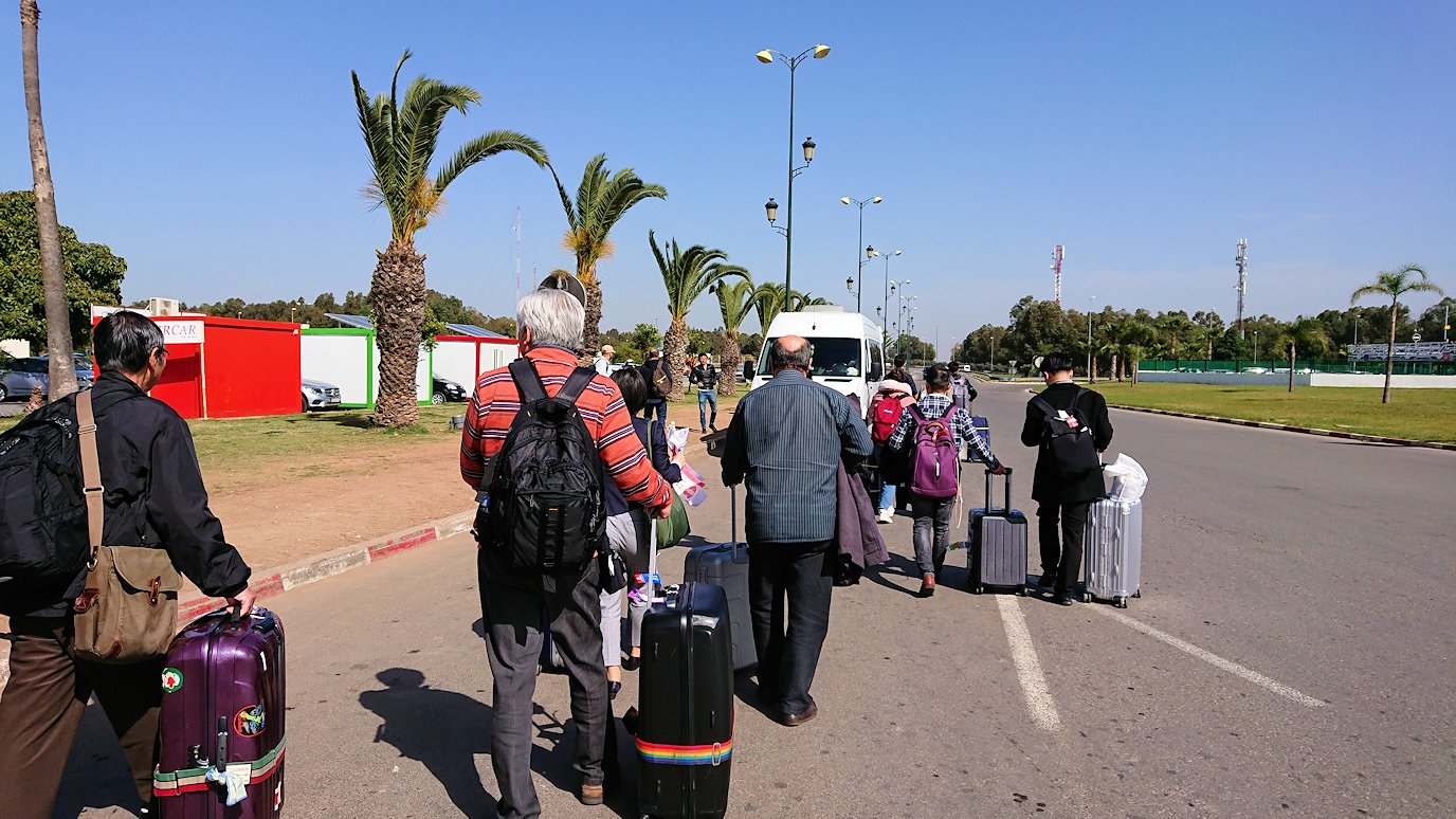 カサブランカ空港を出てバスに乗り込む
