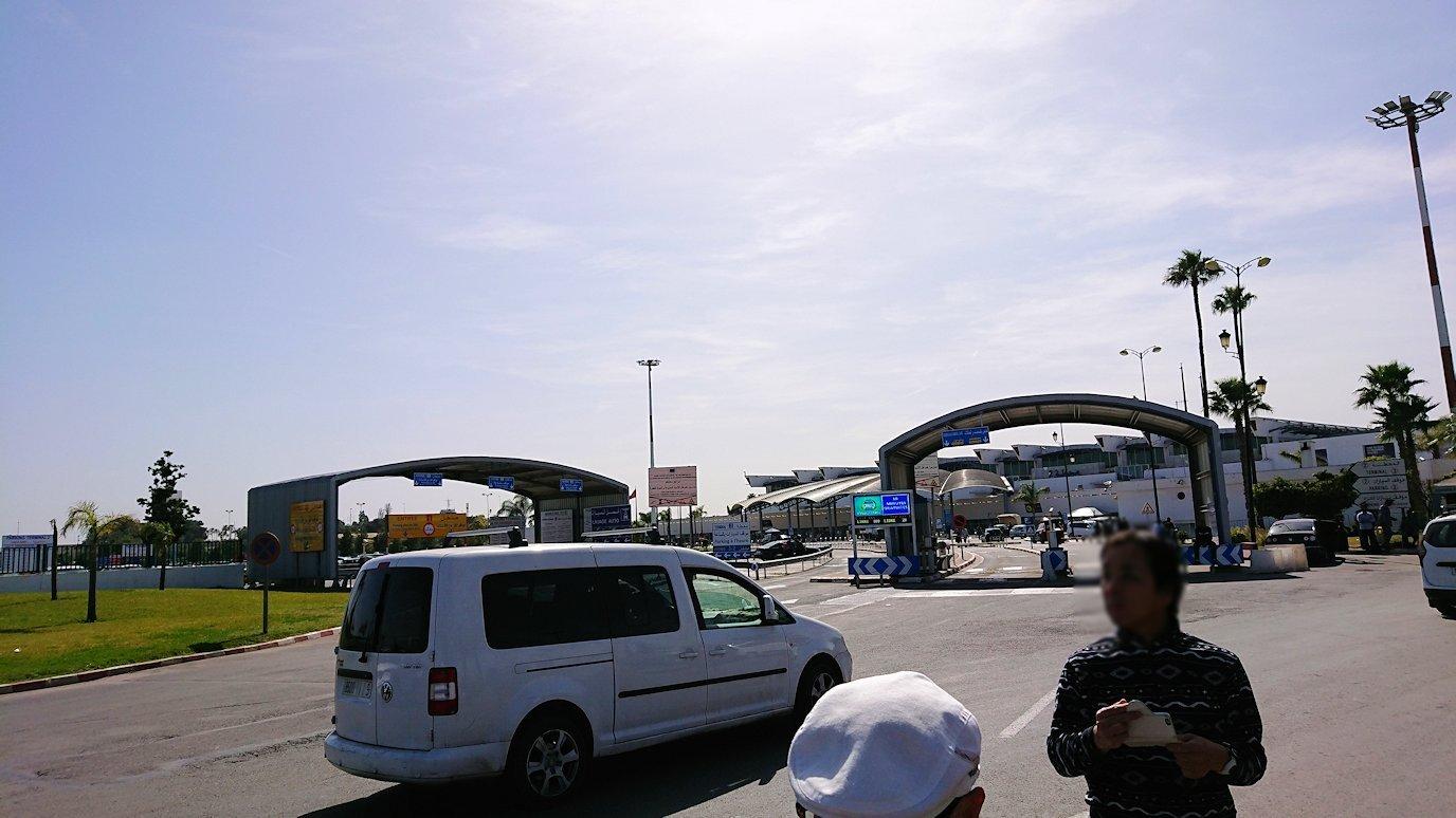 カサブランカ空港を出てバスに乗り込む3