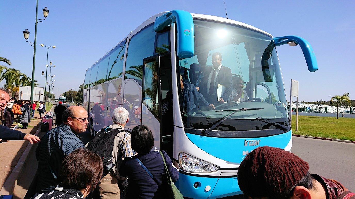 カサブランカ空港を出てバスに乗り込み市街地に向かう