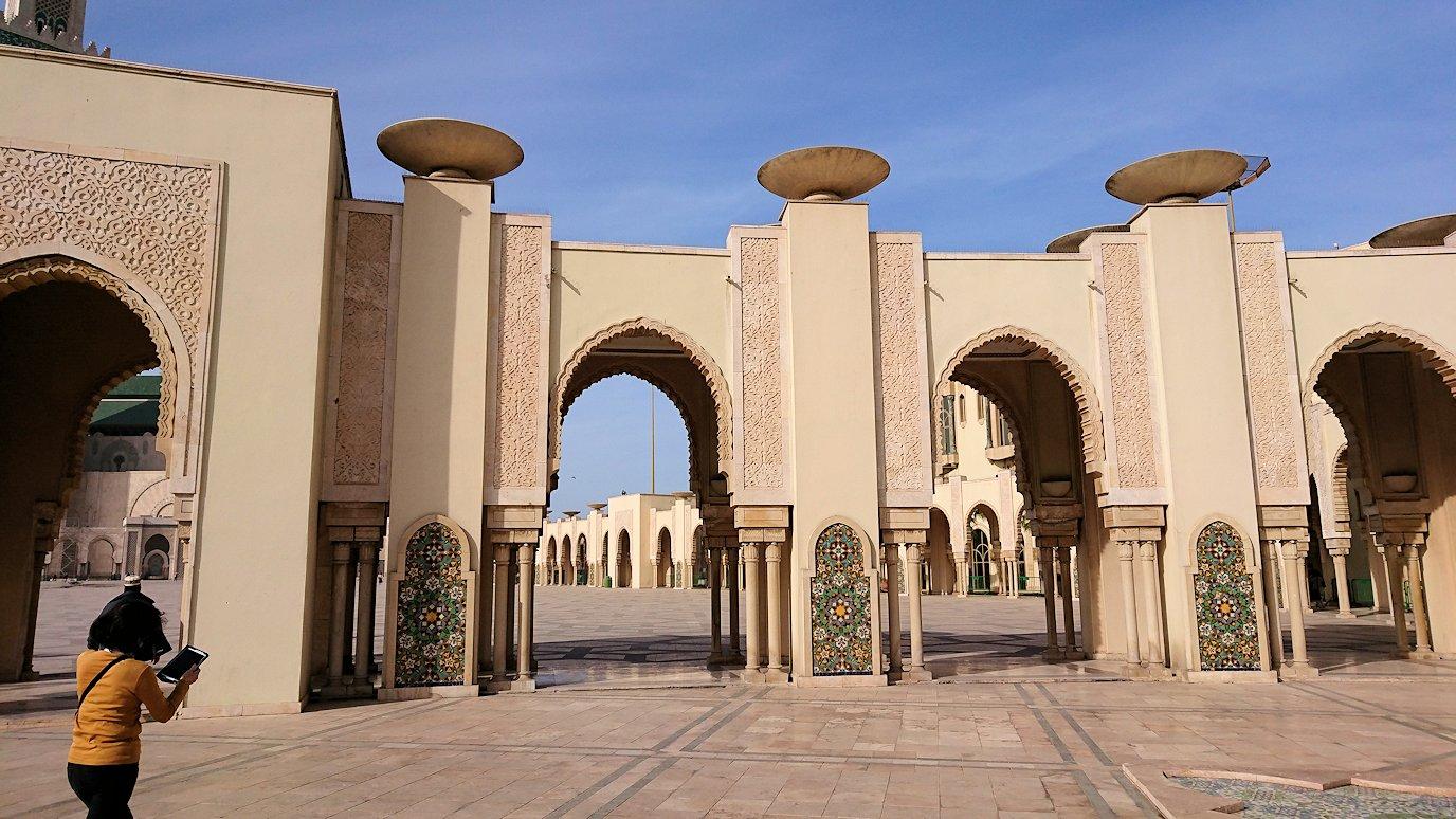 カサブランカのハッサン2世モスクに到着して写真を撮る