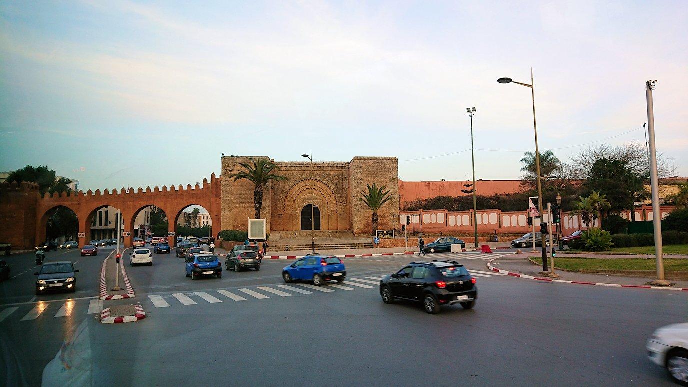 カサブランカの旧市街の壁を見る