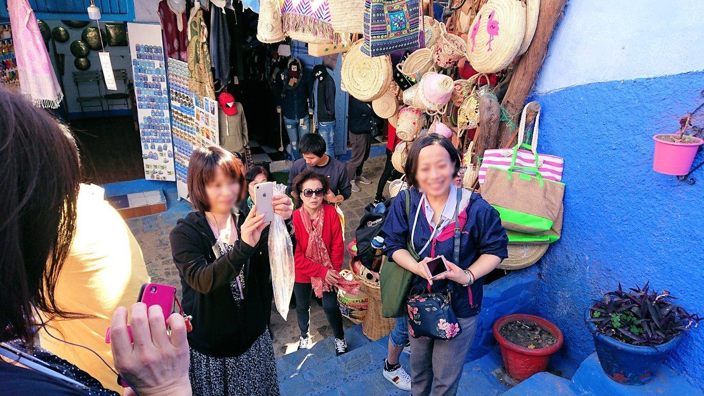 シャウエンの街の人気の場所で写真撮影を2
