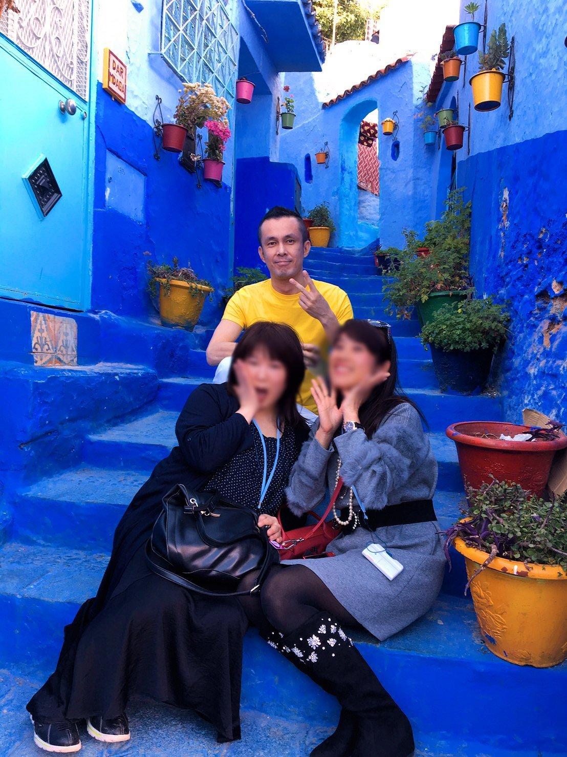 シャウエンの街の人気の場所で仲良く写真撮影を3