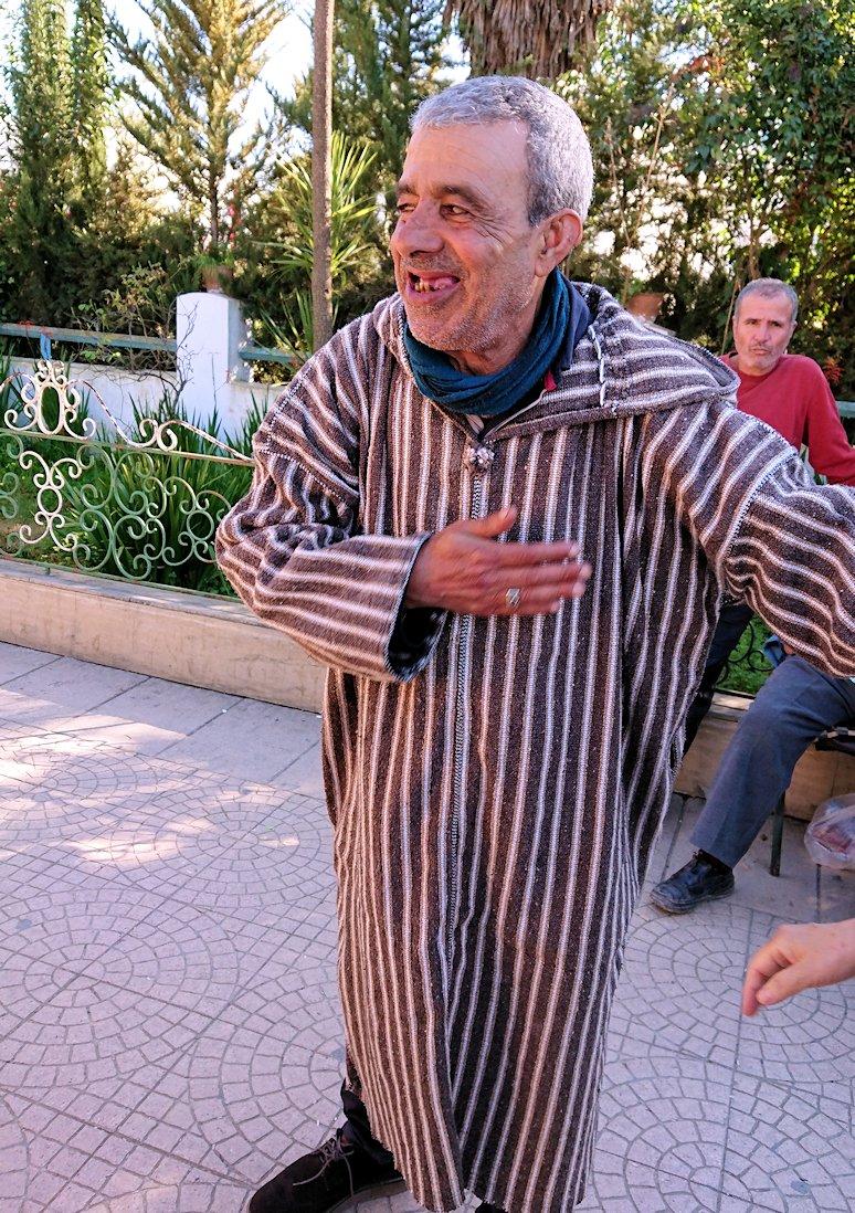 モロッコのシャウエンの街で観光が終了しガイドさんとお別れ