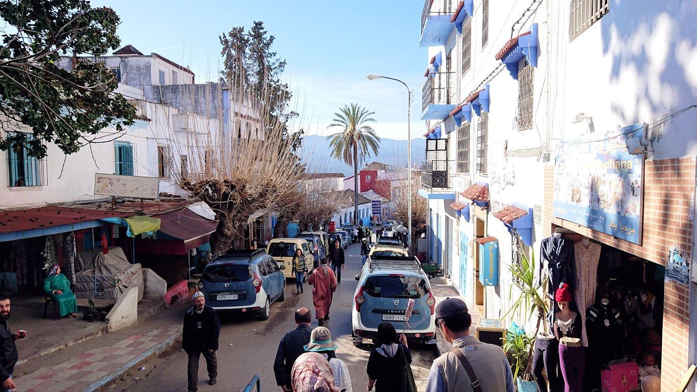 モロッコのシャウエンの街で観光が終了しガイドさんとお別れしてバスに戻る2